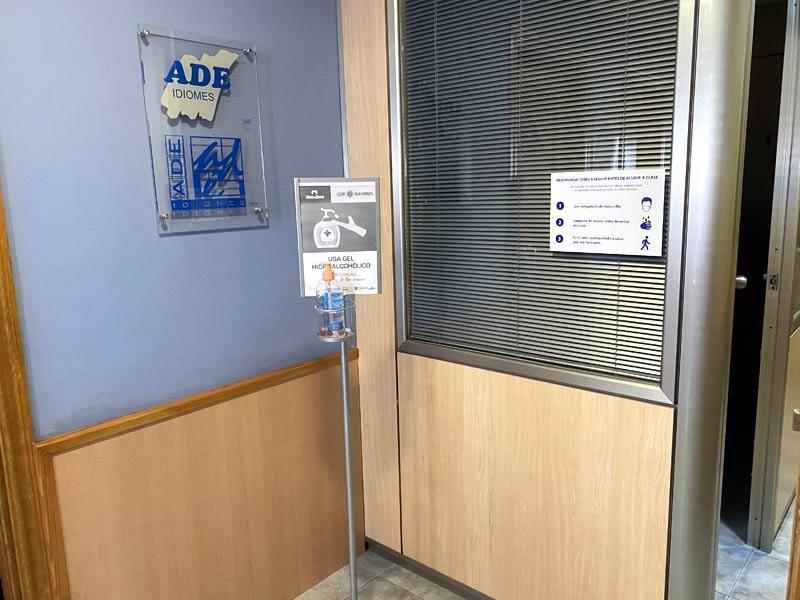 Dispensador de gel hidroalcohólico en todos los centros ADE